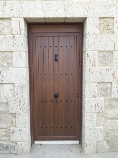 puerta color madera